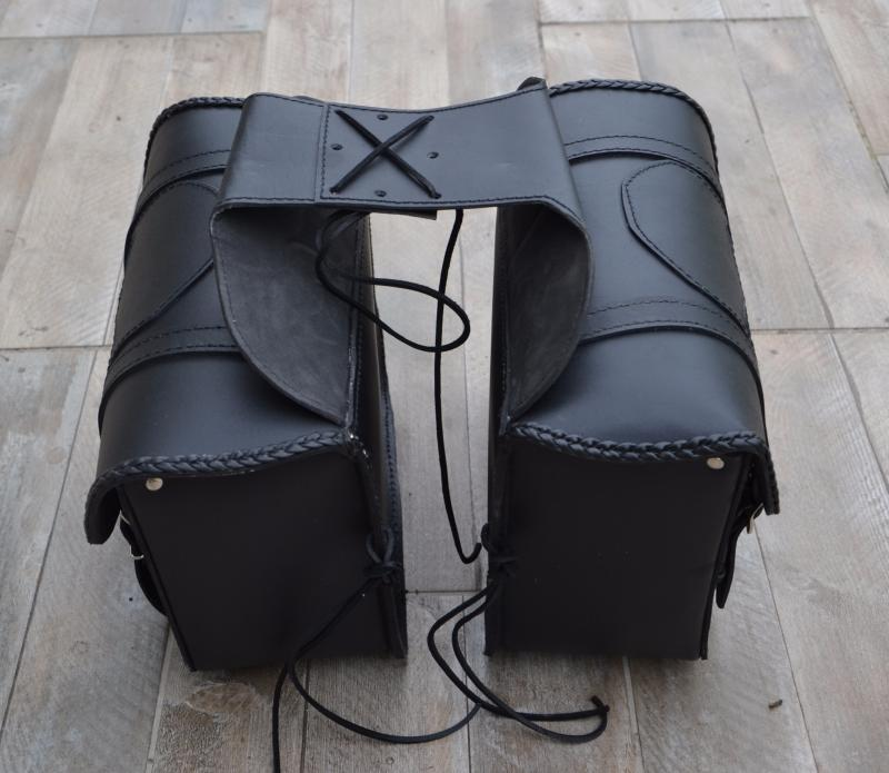paire de sacoches cavali re cuir t te de mort skull. Black Bedroom Furniture Sets. Home Design Ideas